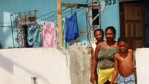 A dona de casa Georgia Santos (centro) e sua família em Salvador, Bahia. Foto: Banco Mundial/Mariana Ceratti