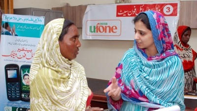 &#83&#97&#108&#109&#97&#32&#82&#105&#97&#122&#44&#32&#114&#105&#103&#104&#116&#44&#32&#97&#115&#115&#105&#115&#116&#97&#110&#116&#32&#100&#105&#114&#101&#99&#116&#111&#114&#32&#111&#102&#32&#116&#104&#101&#32&#66&#101&#110&#97&#122&#105&#114&#32&#73&#110&#99&#111&#109&#101&#32&#83&#117&#112&#112&#111&#114&#116&#32&#80&#114&#111&#103&#114&#97&#109&#32&#105&#110&#32&#80&#97&#107&#105&#115&#116&#97&#110&#44&#32&#115&#104&#111&#119&#115&#32&#83&#97&#98&#97&#32&#66&#105&#98&#105&#32&#104&#111&#119&#32&#116&#111&#32&#117&#115&#101&#32&#104&#101&#114&#32&#110&#101&#119&#32&#99&#101&#108&#108&#32&#112&#104&#111&#110&#101&#46&#32&#77&#117&#122&#97&#109&#109&#105&#108&#32&#80&#97&#115&#104&#97&#47&#87&#111&#114&#108&#100&#32&#66&#97&#110&#107