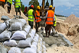 Workers are building a seawall in Tarawa, Kiribati. - Photo: Lauren Day/World Bank