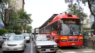 &#65&#32&#109&#101&#116&#114&#111&#98&#117&#115&#32&#97&#110&#100&#32&#99&#97&#114&#115&#32&#97&#114&#101&#32&#119&#97&#105&#116&#105&#110&#103&#32&#116&#111&#32&#99&#114&#111&#115&#115&#32&#116&#104&#101&#32&#115&#116&#114&#101&#101&#116&#32&#111&#110&#32&#73&#110&#115&#117&#114&#103&#101&#110&#116&#101&#115&#32&#83&#117&#114&#32&#105&#110&#32&#77&#101&#120&#105&#99&#111&#32&#67&#105&#116&#121