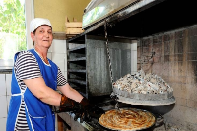 &#66&#97&#107&#101&#114&#121&#32&#101&#109&#112&#108&#111&#121&#101&#101&#32&#98&#97&#107&#105&#110&#103&#32&#97&#32&#116&#114&#97&#100&#105&#116&#105&#111&#110&#97&#108&#32&#98&#117&#114&#101&#107&#32&#109&#101&#97&#116&#32&#112&#105&#101&#44&#32&#77&#111&#115&#116&#97&#114&#46