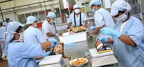 Workers in a chicken nugget factory in Peru. © Dieter Castañeda/World Bank