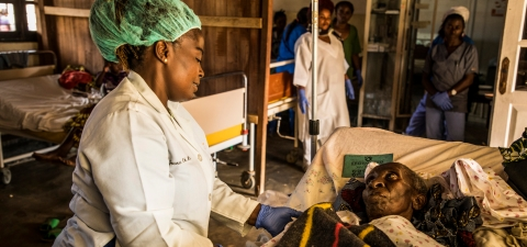 A health worker monitors the health of a patient at a hospital in DRC. The World Bank facilitate the access to free health care in order for people to attend the health infrastructures and get detected if they have Ebola. © Vincent Tremeau/World Bank.