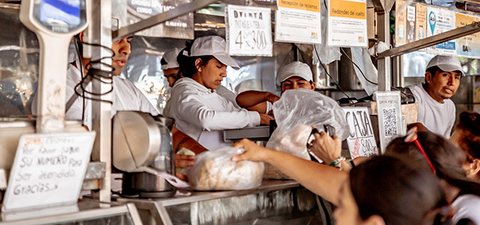 Women selling meat a local market in Buenos Aires. Photo: © Juan Ignacio Coda/World Bank