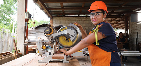 A woman carpenter in Mexico. Photo: © Jessica Belmont/World Bank