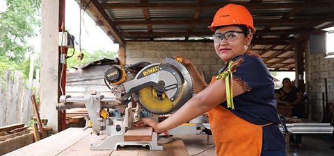 Woman carpenter in Mexico. Photo: © Jessica Belmont/World Bank