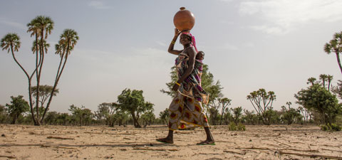 A woman fetching water in Niger. © Andrea Borgarello/World Bank/TerraAfrica
