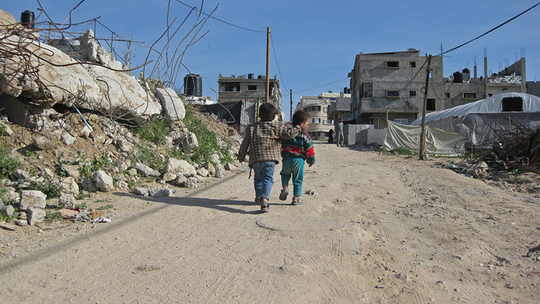 Children walk among destroyed homes in Gaza. © Natalia Cieslik / World Bank