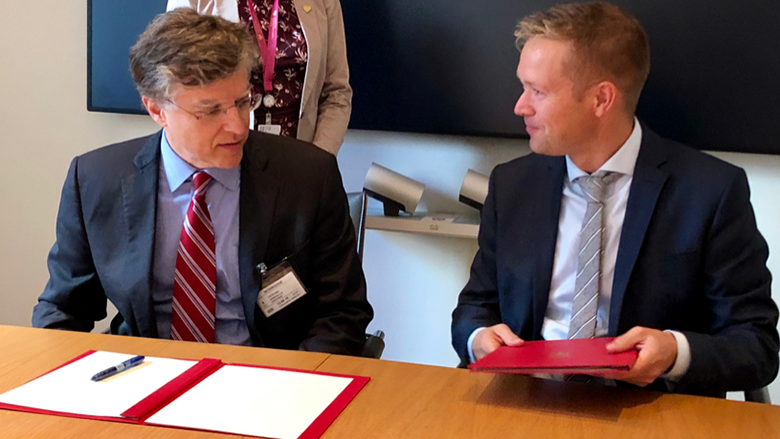 Marcello Estevao (WB) and State Secretary Aksel Jakobsen (Norway) sign an agreement on September 12, 2019